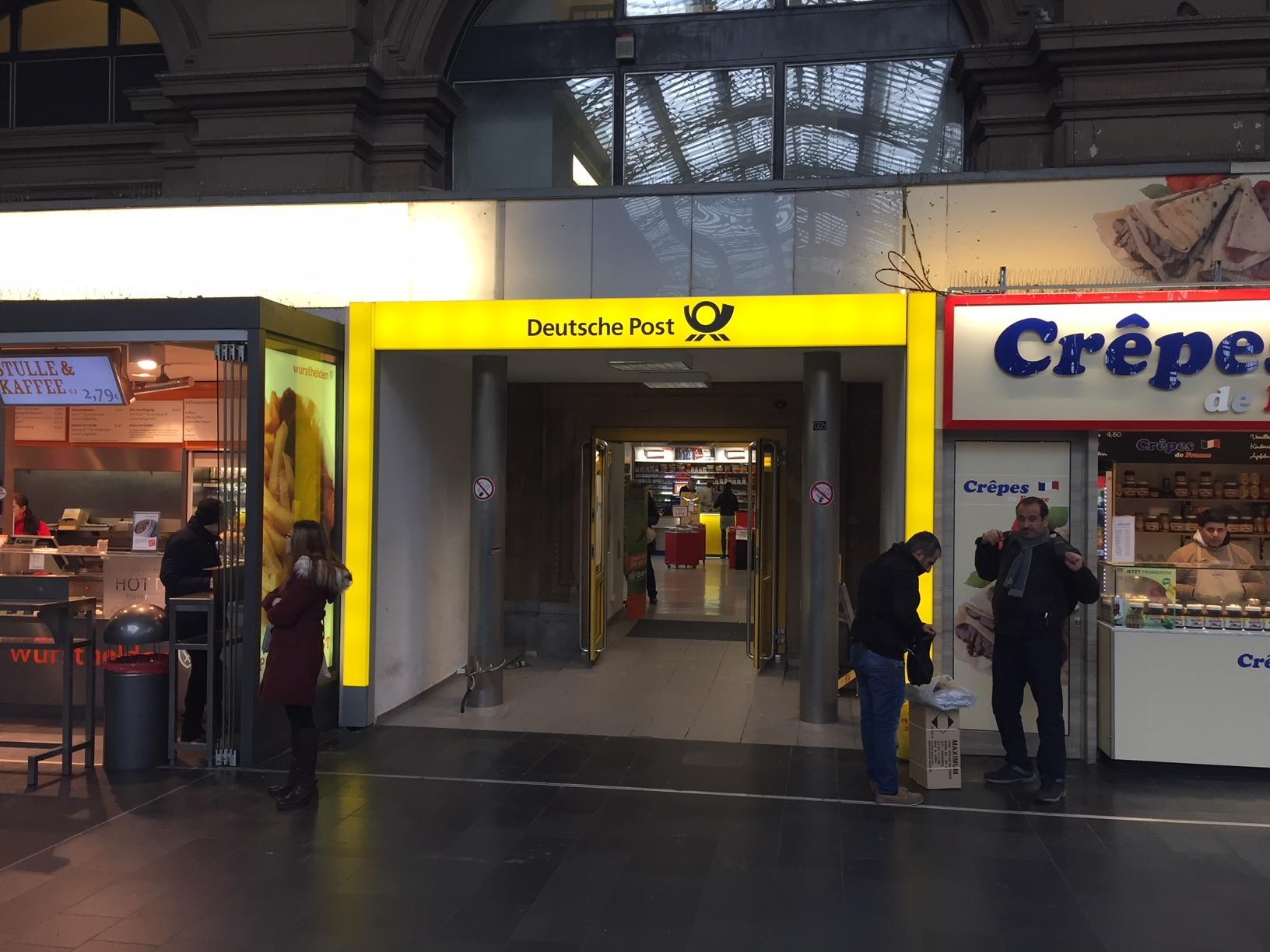 Auffällige Lichtinstallation für Deutsche Post Filiale