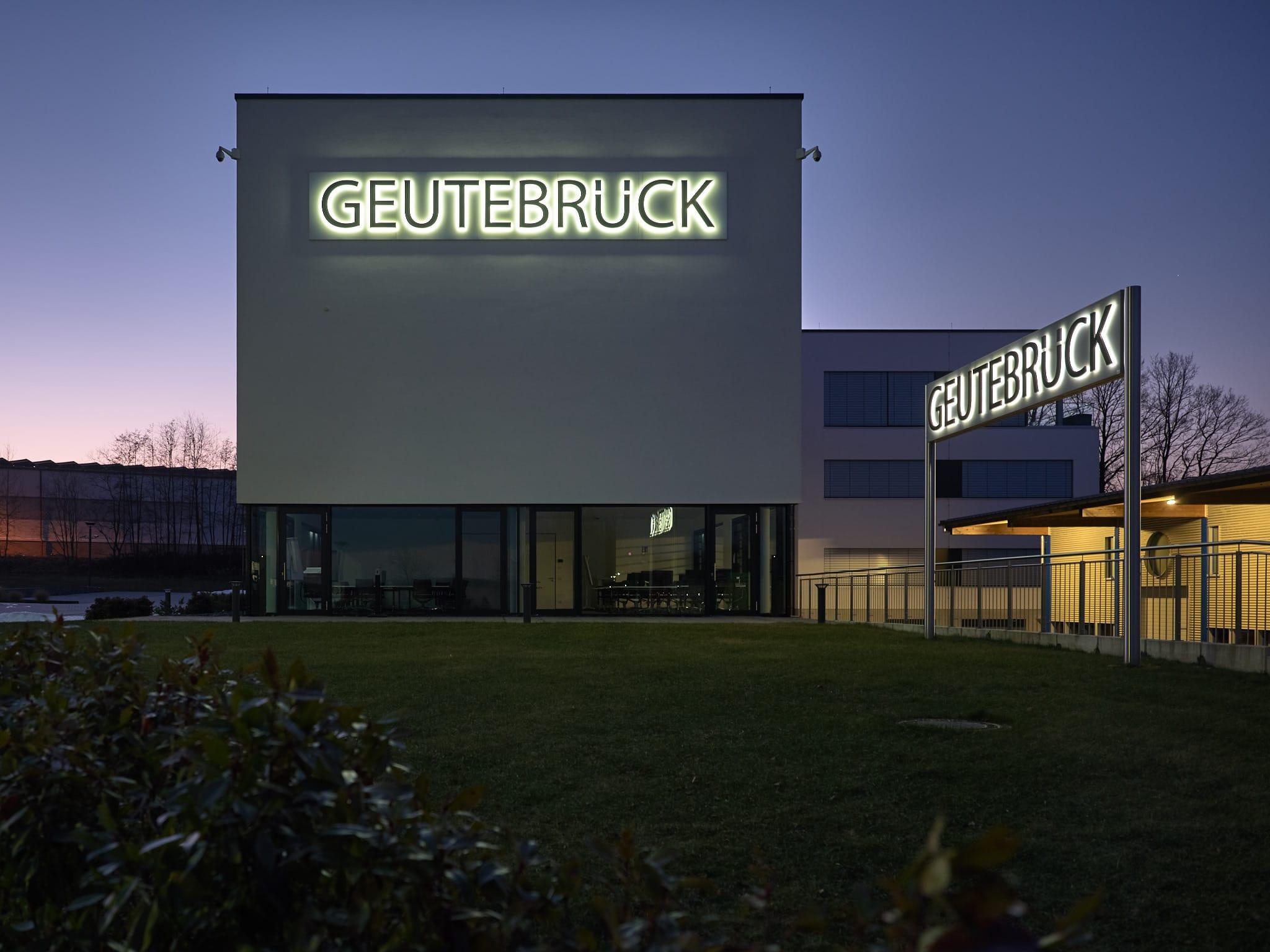 Großflächige Leuchtreklame Geutebrück