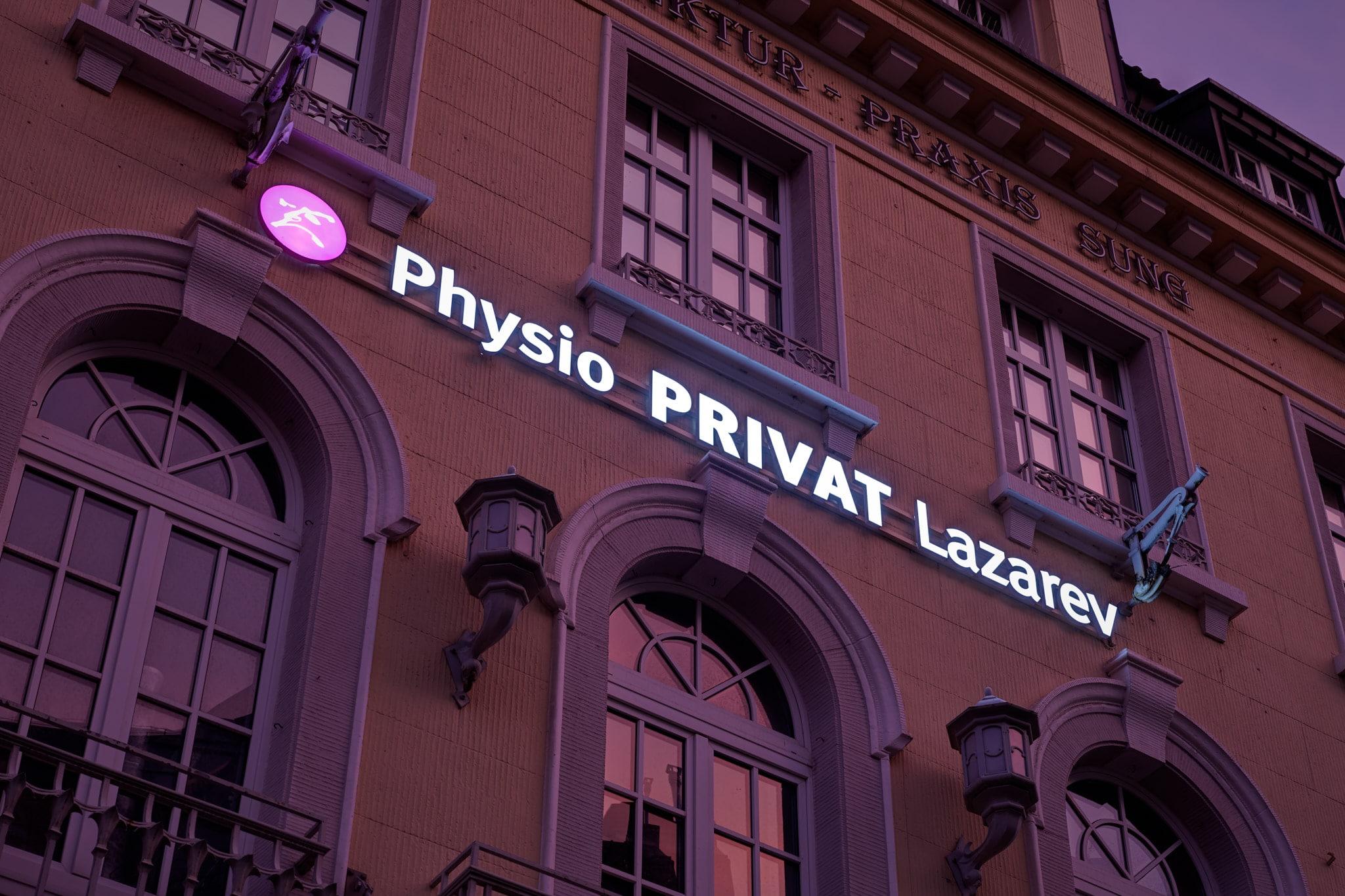 Leuchtreklame als Außenwerbung für Physiotherapiepraxis