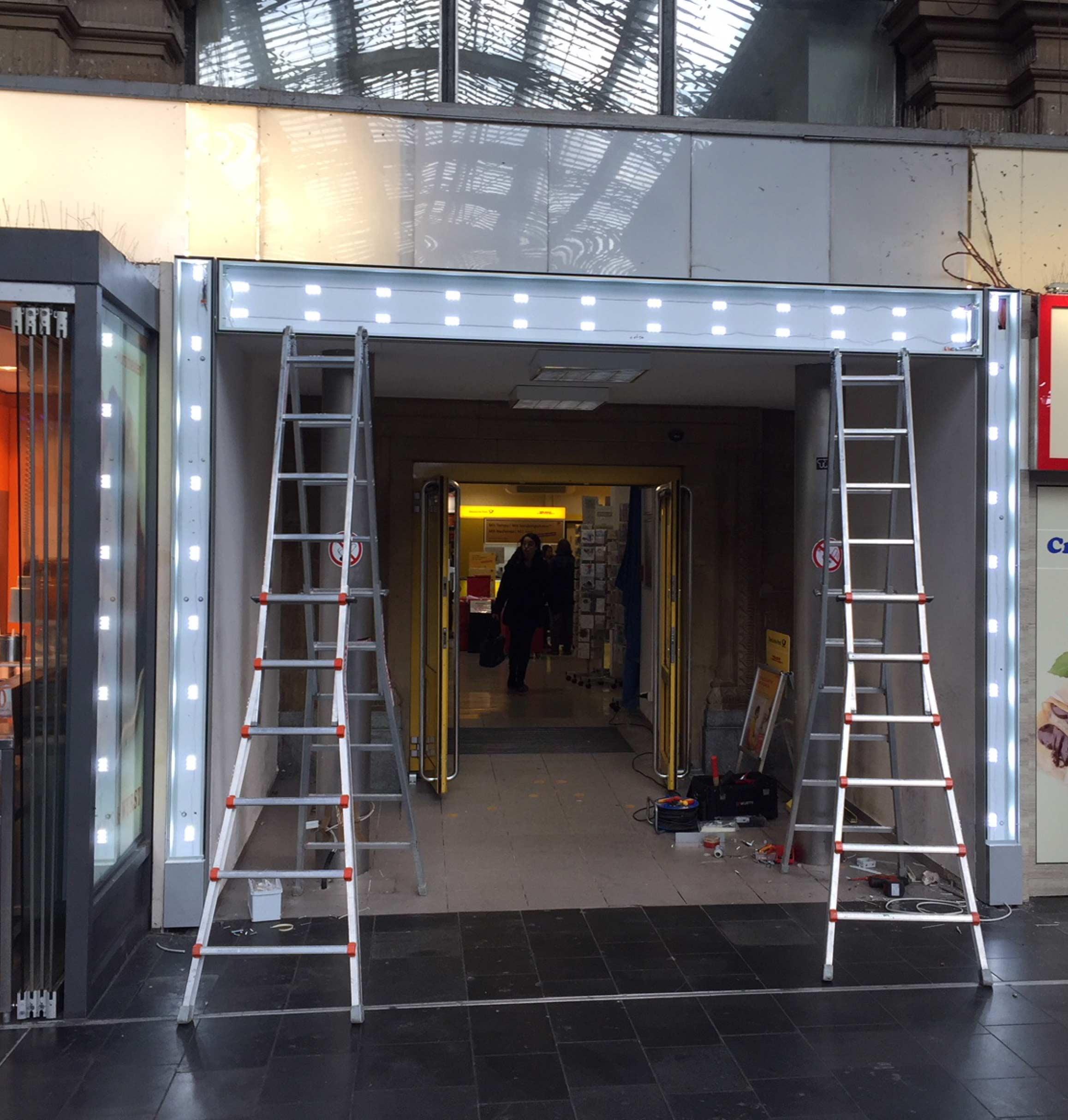 Montage des leuchtenden Tors für Deutsche-Post-Filiale