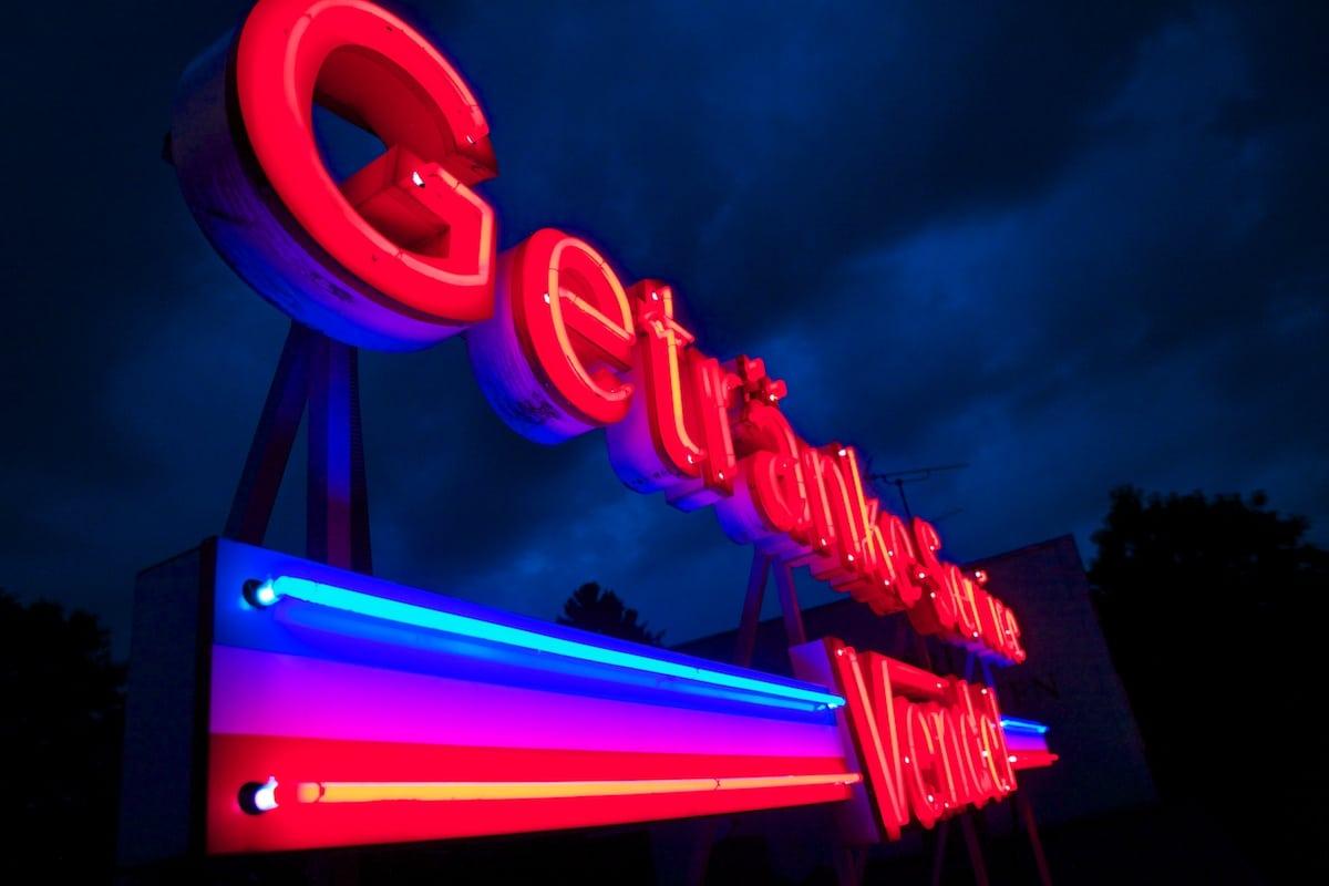 leuchtende Neonreklame eines Getränkemarkts