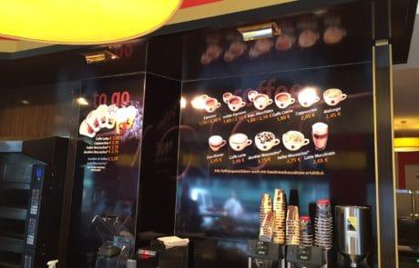 Werbeschilder als Indoorwerbeträger in Café