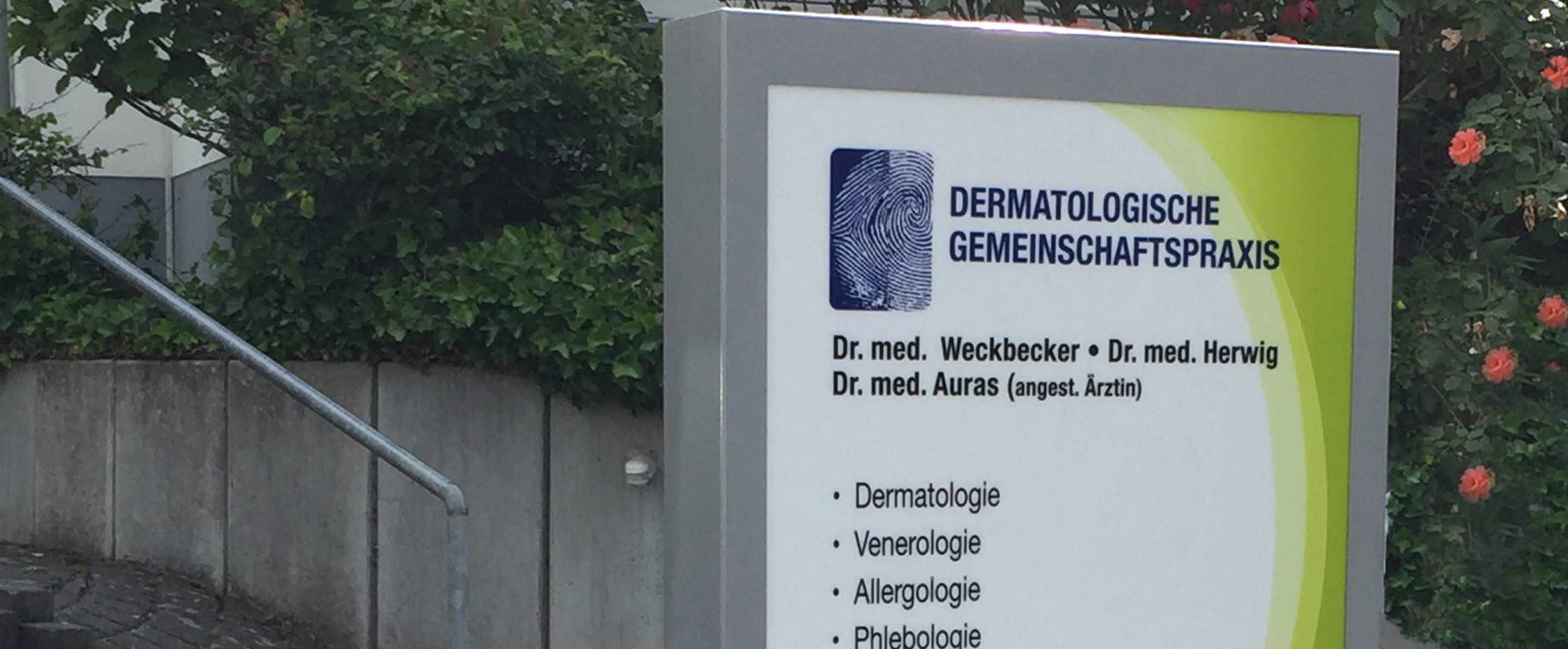 Werbepylon für eine dermatologische Gemeinschaftspraxis